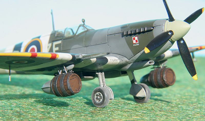 3 Spitfires with the Stripes (AZmodel 1/72) - Critique